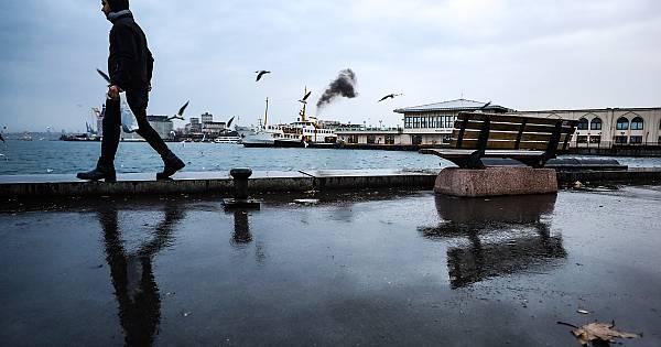 İstanbul'da sabah saatlerinde Kadıköy bölgesinde başlayan yağmur zaman zaman etkili oldu.