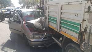 Şerit Değiştirmek İsterken Kaza Yaptı, 2 Yaralı