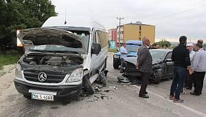 Hız Yapan Sürücü Ortalığı Birbirine Kattı, 5 Yaralı