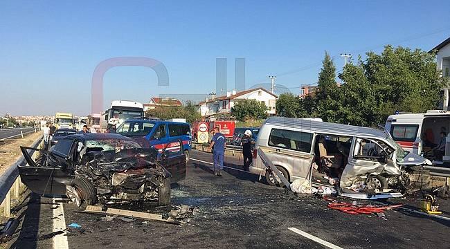 Otomobille Minibüs Kafa Kafaya Çarpıştı, 1 Ölü 8 Yaralı