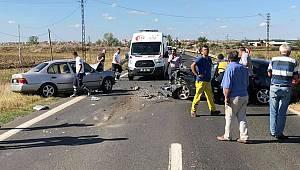 Otomobiller Kafa Kafaya Çarpıştı, 1 Ölü 1 Yaralı