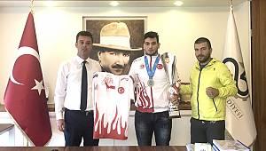 Şampiyon Milli Sporcumuzdan Başkan Sarıkurt'a Ziyaret