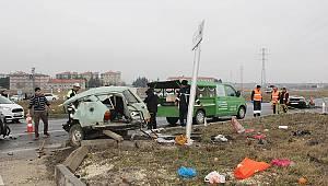 Otomobil İkiye Ayrıldı, 1 Ölü 1 Yaralı
