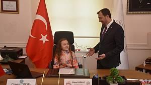 Başkan Cüneyt Yüksel Koltuğu Minik Masal'a Devretti