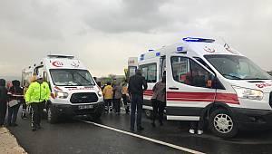 Öğrenci Servisi Kamyona Çarpıştı, 1'i Ağır 15 Yaralı