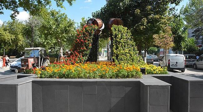 Cumhuriyet Meydanı'ndaki Havuz Çiçek Bahçesine Döndü