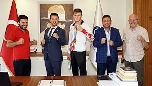 Dünya Şampiyonu Başkan Sarıkurt'u Ziyaret Etti