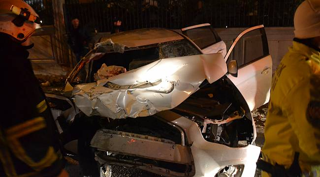 Otomobil Park Halindeki Kamyona Çarptı, 3 Yaralı