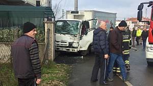 Bahçe Duvarına Çarpan Kamyonet Sürücüsü Araçta Sıkışarak Yaralandı