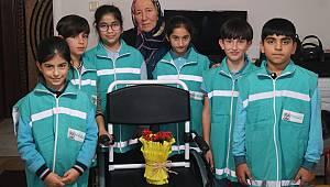İlkokul Öğrencileri Para Toplayarak Tekerlekli Sandalye Aldı