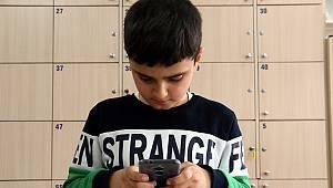 Kaymakam, Başında Simit Tepsisiyle Bayide Görüntülenen Çocuğa Telefon Hediye Etti