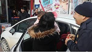 Otomobilde Mahsur Kalan Bebeği İtfaiye Ekibi Kurtardı