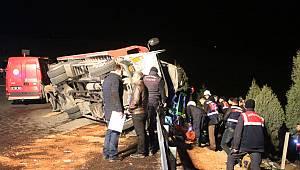 Otomobilleri Taşıyan Çekici Devrildi, Araçlarda Bulunan 2 Kişi Öldü, 6 Kişi Yaralı