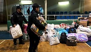 Polislerden Depremzedelere Yardım