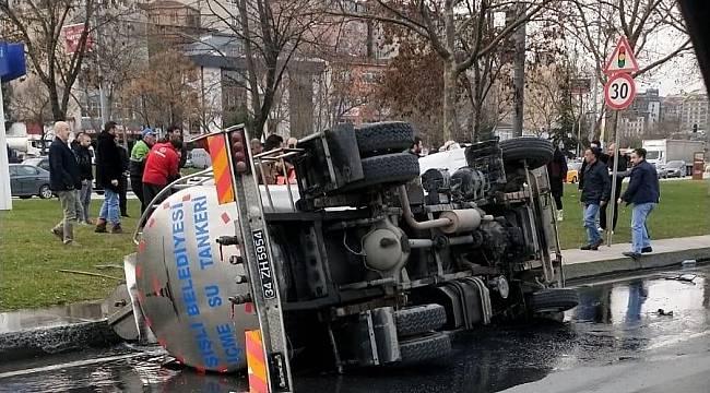 Su Tankerinin Devrilmesi Sonucu 2 Kişi Yaralandı
