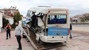 Kamyonet Yolcu Minibüsüne Çarptı, 6 Yaralı