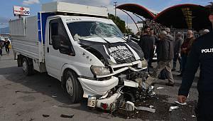 Balıkesir'de Kamyonetle Motosiklet Çarpıştı, 2 Yaralı