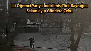 İki Öğrenci Yarıya İndirilmiş Türk Bayrağını Selamlayıp Göndere Çekti