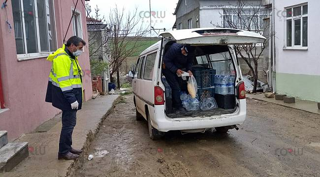 Muhtar Yaşlı Köylülere Ücretsiz Ekmek ve Su Dağıttı