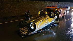 Otomobil Bariyerlere Çarparak Devrildi, 2 Yaralı