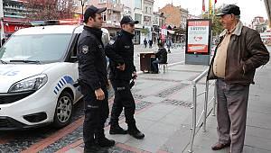 Sokağa Çıkan Yaşlıları Polis Uyardı