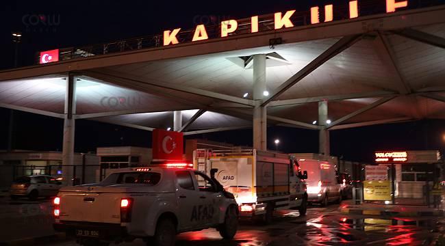 Türkiye'ye Giriş Yapan Tır Şoförlerine Kumanya Dağıttı