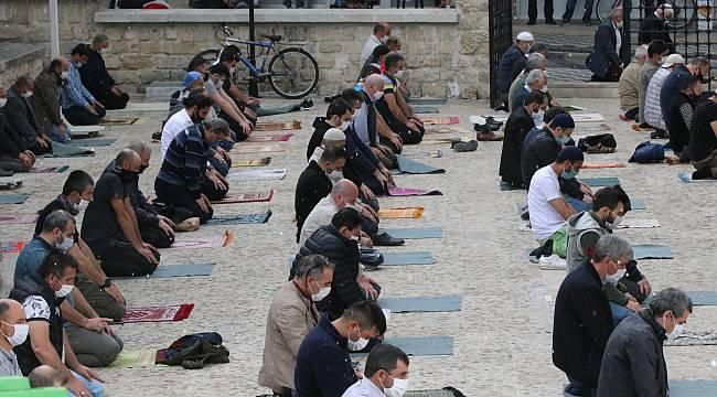 Kırklareli'nde Vatandaşlar Cami Avlusunda Doluya Yakalandı