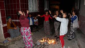 Romanlar Kakava'yı Evlerinin Önünde Kutladı