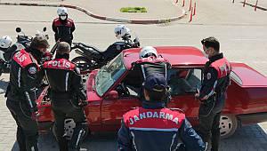 Sokağa Çıkma Kısıtlamasını İhlal Edip Polise Yakalanınca Aracını Yakmaya Çalıştı