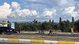 Balıkesir'de Otomobil Çapa Makinesine Çarptı, 3 Yaralı