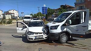 Kocaeli'de Kamyonetle Otomobil Çarpıştı, 4 Yaralı