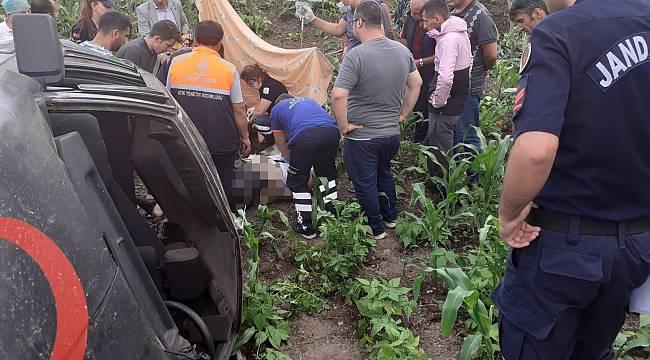 Tarlaya Devrilen Otomobilin Sürücüsü Öldü, Eşi Yaralandı