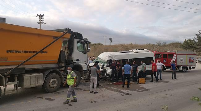 Kocaeli'de İşçi Servisi ile Hafriyat Kamyonu Çarpıştı, 5 Yaralı