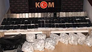Yüzlerce Kaçak Cep Telefonu Ele Geçirildi