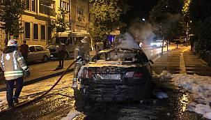 İstanbul'da Aydınlatma Direğine Çarpan Otomobil Alev Aldı