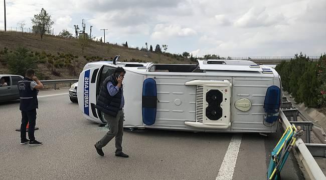 Bursa'da Otomobilin Arkadan Çarptığı Ambulans Devrildi, 5 Yaralı