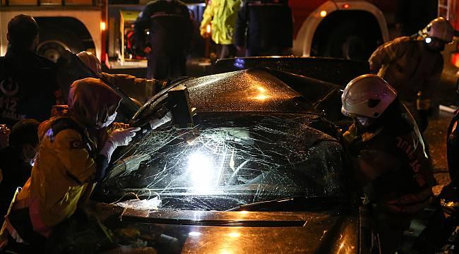 Kartal'da Otomobil Bariyerlere Çarptı, 2 Yaralı