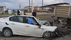 Sakarya'da Demir Yüklü Tıra Çarpan Otomobilin Sürücüsü Öldü