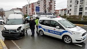 Kocaeli'de Hafif Ticari Araçla Otomobil Çarpıştı, 1 Yaralı