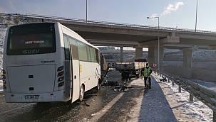 Kocaeli'de Turistleri Taşıyan Midibüs Tıra Çarptı, 1'i Ağır 10 Yaralı
