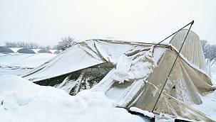 Bursa'daki Bazı Seralar Kar Kütlelerinin Ağırlığına Dayanamayıp Çöktü