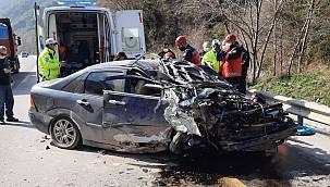 Sakarya'da Otomobil Yol Kenarındaki Kayalıklara Çarptı, 4 Yaralı