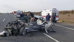 Tıra Arkadan Çarpan Otomobil Hurdaya Döndü, 1 Yaralı