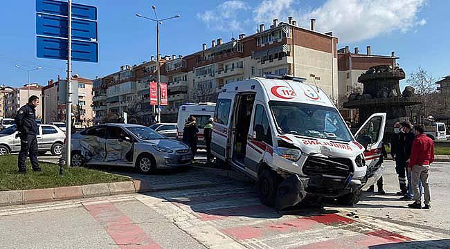 Ambulans İle Otomobil Çarpıştı, 1 Yaralı