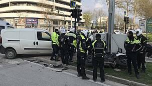 Bursa'da Hafif Ticari Araç Motosikletli Polise Çarptı