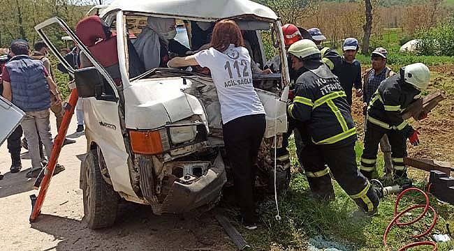 Kocaeli'de İşçi Minibüsü Elektrik Direğine Çarptı, 5 Yaralı