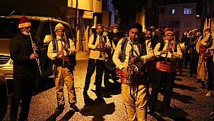 """Vatandaşlar Sahura """"Bandoyla"""" Uyandırılıyor"""