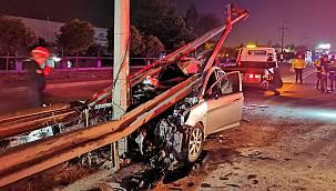 Kocaeli'de Otomobil Bariyerlere Çarptı, 3 Yaralı