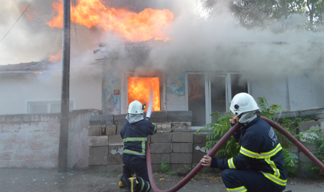 Otluk Alanda Başlayan Yangın 2 Evi Küle Çevirdi
