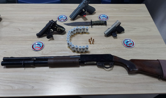 Araçta Ruhsatsız Silahlar Çıktı, 3 Kişi Gözaltına Alındı